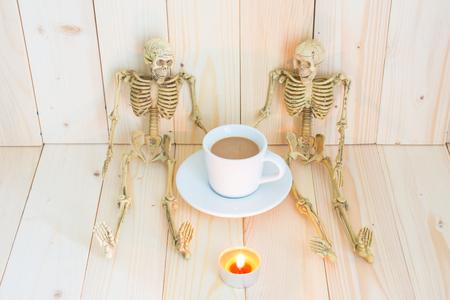 skelett mensch: Zwei Skelett Mann spricht etwas in Kaffeepause Zeit. Lizenzfreie Bilder