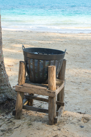 Bin on the beach. Imagens