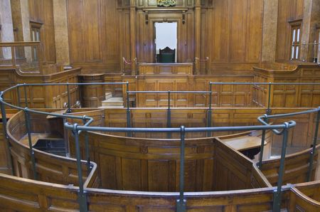 Très ancienne salle d'audience (1854) avec les juges président à St Georges Hall, Liverpool, Royaume-Uni