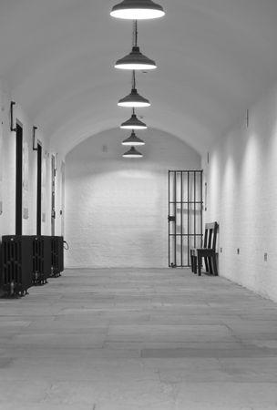 cella carcere: Molto vecchio (1854) carcere blocco cella con cancello che porta alla Crown Court  Archivio Fotografico