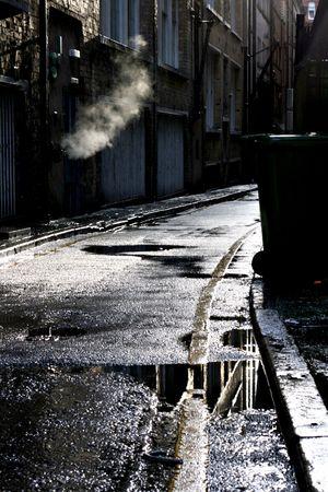 Callejón oscuro en una ducha de lluvia Foto de archivo