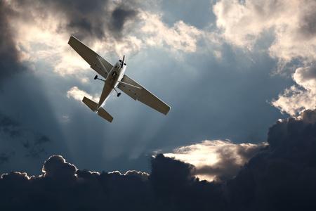 clavados: Pequeño avión de ala fija contra un cielo tormentoso