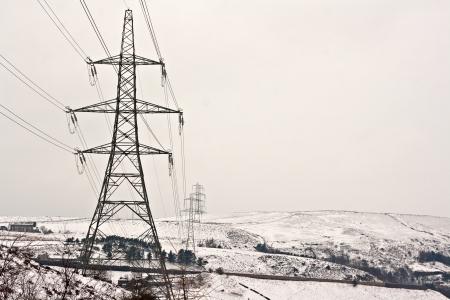 torres de alta tension: Torres de electricidad en nieve cubrió páramos de Yorkshire