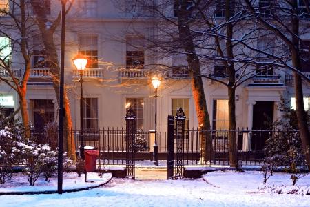 nightime: Case georgiane nel tradizionale scena di neve in inverno notturna Editoriali