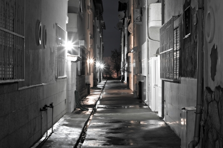 backstreet: Callej�n de vuelta vac�o oscuro despu�s de la lluvia Foto de archivo