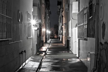 alejce: Ciemny pusty powrotem alejki po deszczu