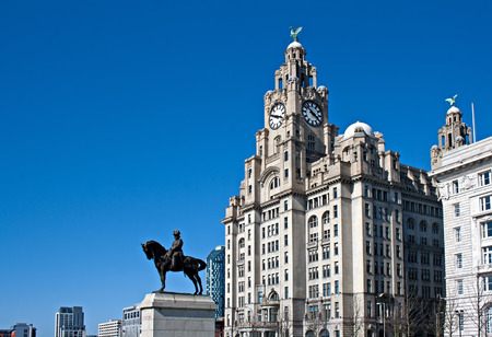 liverpool: Liverpool  status waterfront buildings  Stock Photo