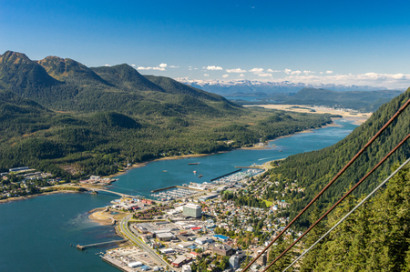 City of Juneau and cruise ship port from Mount Roberts tram. Juneau, Alaska, USA 版權商用圖片 - 115775170