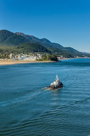 Local tugboat heading North, Gastineau Channel, Juneau, Alaska, USA. Фото со стока - 115775305