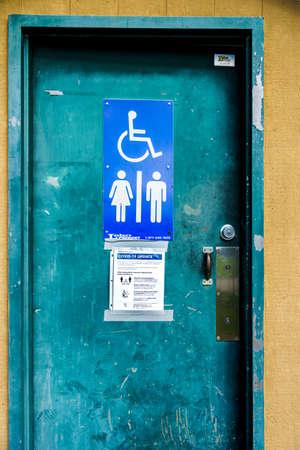 Surrey, Canada - Mar 25, 2020: Outdoor public toilet with Coronavirus notice 新聞圖片