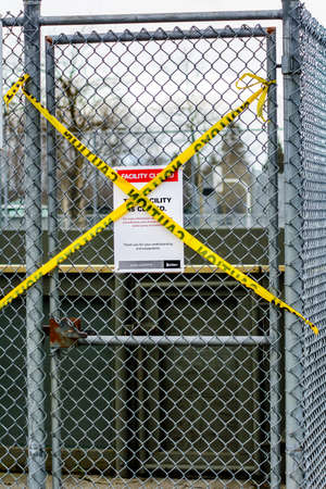 Surrey, Canada - Mar 29, 2020: Sports area closed notice during Covid19 pandemic 版權商用圖片 - 144180785
