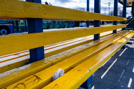N. Vancouver - Apr 7, 2020: Used medical gloves discarded between in seat at public bus station during Covid-19 pandemic 新聞圖片