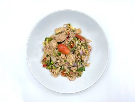 Tuna salad, Thai cuisine, sprinkled with vegetables such as spring onions, red peppers, tomatoes, herbs and many kinds of vegetables Has a pleasant aroma. Isolated on white background Imagens
