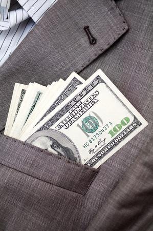 bolsa dinero: de dólares en el bolsillo del traje de negocios