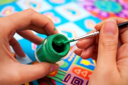 artistas: las manos con pincel y pintura