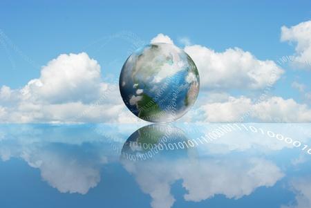 madre tierra: La nube de tecnolog�a inform�tica con una tierra nublada y d�gitos