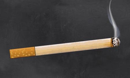 Zigarette Illustriert auf Tafel im klassischen Stil mit leeren Platz zum Schreiben Standard-Bild - 84319323