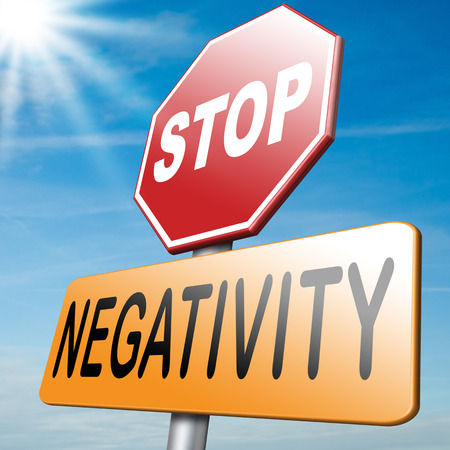 negative thinking: pas le pessimisme ou la n�gativit� pensent but�e pens�e n�gative Avoir des pens�es pessimistes �tre positif et optimiste pens�e qui vous rend heureux Banque d'images