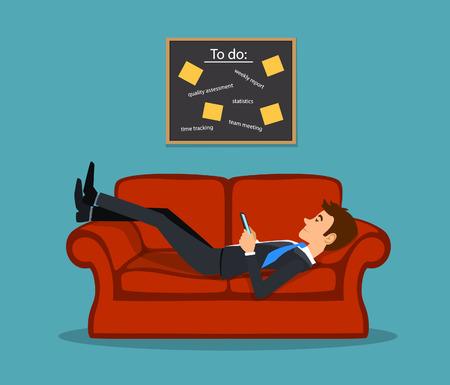 Perezoso aburrido empleado pone en el sofá, jugando con el teléfono posponer sus tareas de lista de tareas. ilustración vectorial la dilación