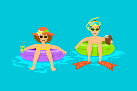 Hombre y mujer divertidos, pareja flotando en la playa, piscina en tubos de anillos inflables, beber cócteles exóticos de coco, disfrutar de vacaciones de vacaciones, horario de verano Foto de archivo - 80929070