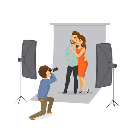 スタジオでプロの写真家と写真撮影をするカップル