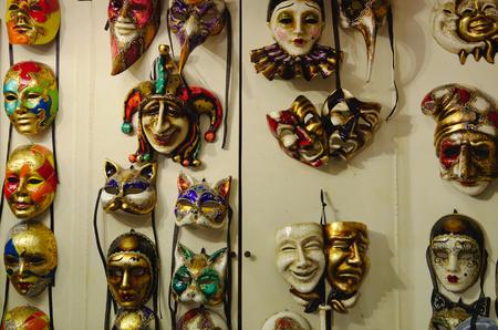 maschere di carnevale tradizionali classici in un workshop a Venezia.