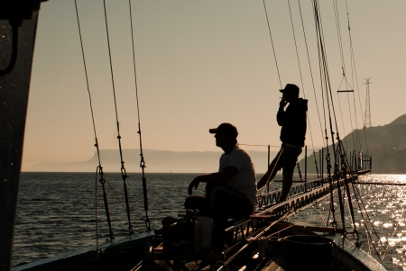 pez espada: Italia, Sicilia, Mesina, en espera de pescar un pez espada de la temporada de pesca de pez espada es de mayo a octubre, cuando el agua superficial es c�lido y el pez espada se acercaba a la costa