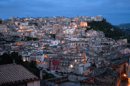 Ragusa is a city and comune in southern Italy on the island of Sicily, with around 75,000 inhabitants  It is built on a wide limestone hill between two deep valleys  Together with seven other cities in the Val di Noto.  Banque d'images