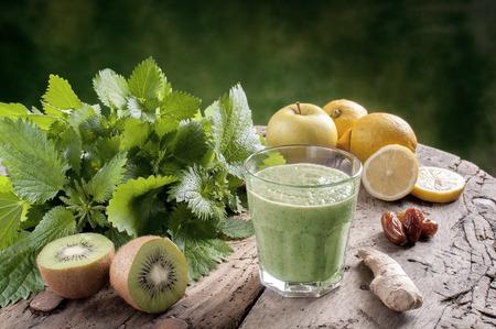 verduras verdes: sacudir ortigas con manzanas kiwi y el jengibre bebida de desintoxicaci�n para una dieta vegetariana