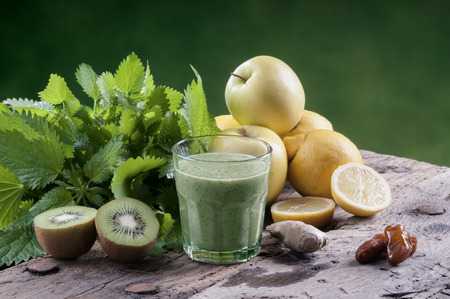 shake nettles with kiwi apples and ginger detox drink for a vegetarian diet Banque d'images