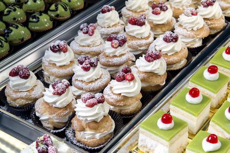 Weergave van heerlijke gebakjes in een Italiaans gebak Stockfoto