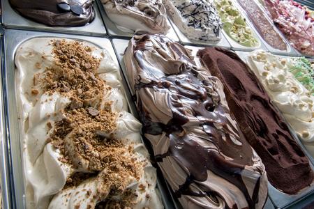 boîte de crème glacée dans un magasin de crème glacée italienne typique