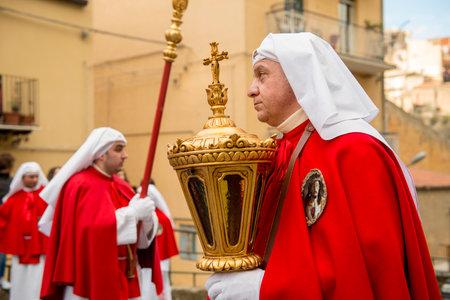 viernes santo: Enna, Sicilia, Italia - 25 de marzo 2016: - desfile religioso, en la ciudad de Enna, Sicilia para la Santa Pascua. Cada año, durante el Viernes Santo se celebra la pasión de Cristo en una procesión que dura toda la tarde y la noche. pueblo siciliano es muy devotos Editorial