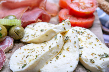 detail of buffalo mozzarella and salami on a cutting board Banque d'images