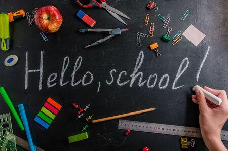 コピースペースのある黒い背景に9月1日の文房具に学校に戻る