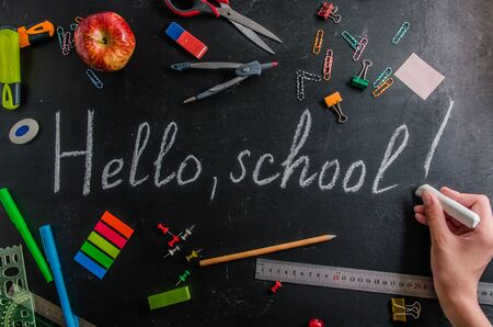 terug naar school op 1 september briefpapier op een zwarte achtergrond met kopieerruimte