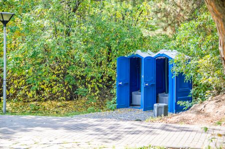 baños públicos azules en el parque