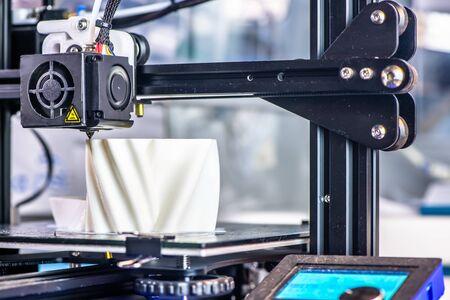 La impresora 3D imprime el modelo en plástico blanco. tecnología moderna. Foto de archivo