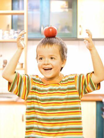 alimentacion balanceada: �Feliz muchacho con manzana - concepto de dieta equilibrada  Foto de archivo