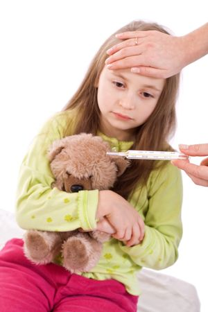 ragazza malata: Tenendo la temperatura di un malato ragazza isolata su bianco
