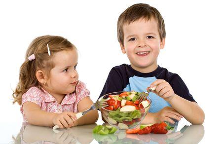 Felices los niños saludables de comer ensalada de frutas - aisladas Foto de archivo - 4830860