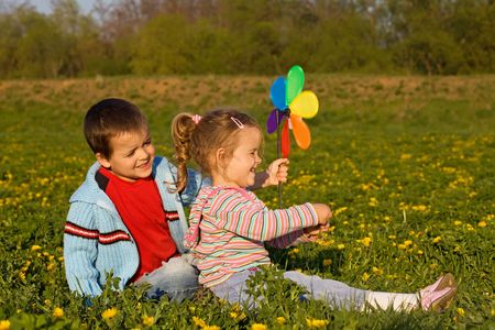 Niños jugando en el prado de primavera llena de flores Foto de archivo - 4830875