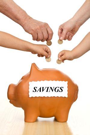 recoger: La educación financiera y el concepto de ahorro de dinero, aisladas - las manos de diferentes generaciones poniendo monedas en una hucha