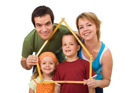 Famiglia felice con i loro bambini progettando di acquistare una nuova casa - isolato Archivio Fotografico