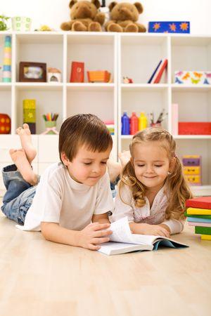 let on: Hermana peque�a perm�tanme mostrarles c�mo leer - ni�os con libros que sentar en el suelo