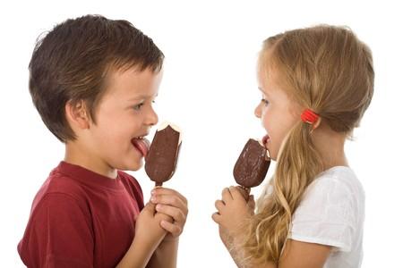 merenda: Bambini, sorridente e mangiare gelato - isolato