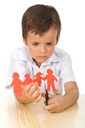bambini tristi: Concetto di divorzio con bambino triste taglio carta persone - isolato