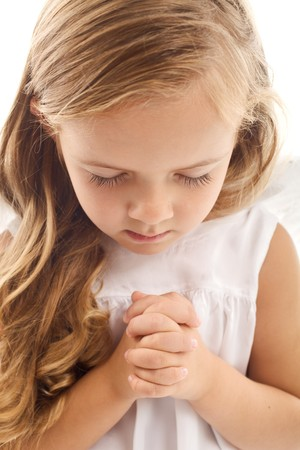 mains pri�re: Petite fille prier - gros plan  Banque d'images