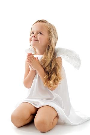 poco: Angelito buscar y rezando con gratitud - aislado con un poco de sombra Foto de archivo