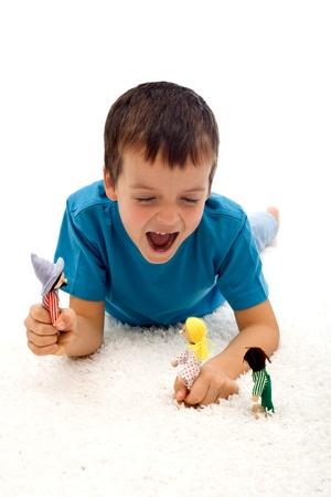 Ni�o jugar agresivo con marionetas - concepto de violencia dom�stica Foto de archivo - 8756580